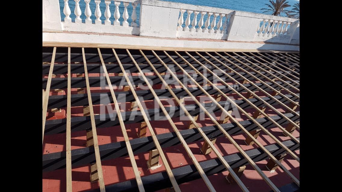 Antes de colocar tarimas de madera en ático